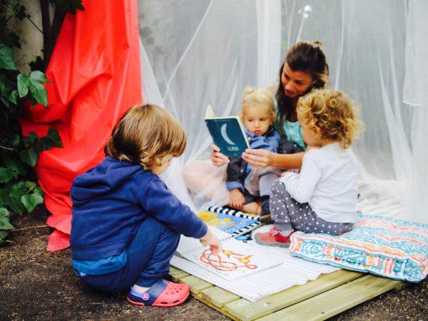 En el jardín de la semilla leyendo cuentos